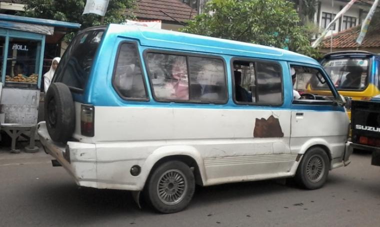 Sejumlah angkutan kota nampak memberhentikan kendaraannya (ngetem) di depan sekolah disaat jam pulang sekolah. (Foto:TitikNOL)