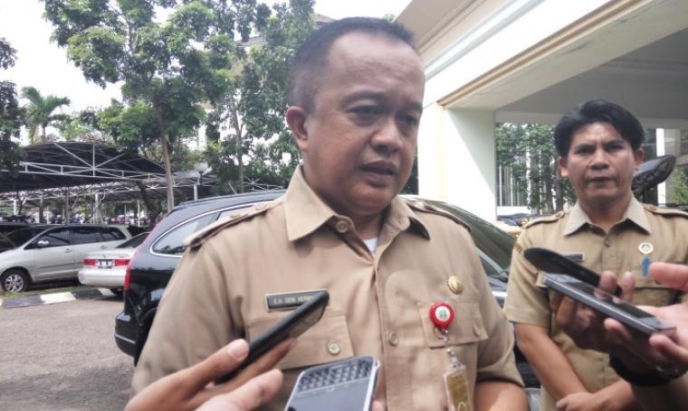 Sekretaris Dewan, Deni Hermawan saat diwawancara oleh wartawan. (Foto:TitikNOL)