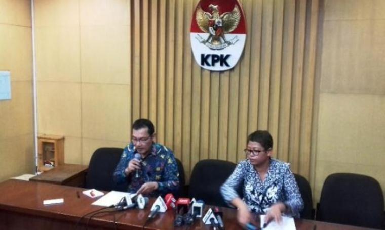 Wakil Ketua KPK, Saut Situmorang didampingi Pelaksana Harian Kabiro Humas KPK Yuyuk Andriati saat konferensi pers. (Dok:net)
