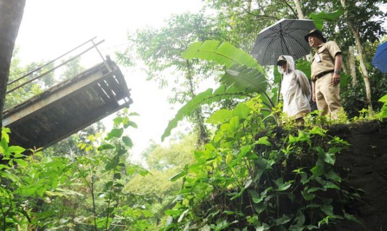 Bupati Lebak, Iti Octaviani Jayabaya saat meninjau lokasi ambruknya jembatan yang berada di Kampung Balida, Desa Rangkasbitung Timur, Kabupaten Lebak. (Foto:TitikNOL)