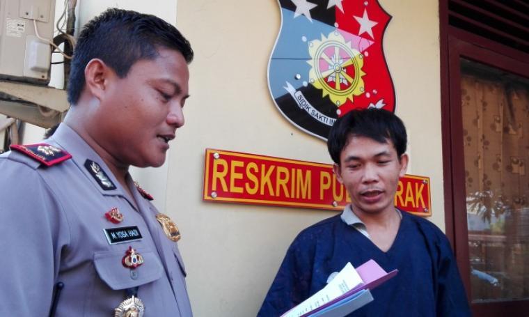 Kapolsek Pulomerak, Kompol Muhammad Yosa Hadi saat menghadirkan tersangka untuk dimintai keterangan pihak wartawan. (Dok:net)