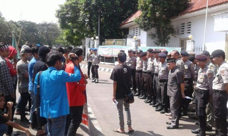 Puluhan aparat kepolisian menjaga ketat aksi unjuk rasa gabungan mahasiswa di depan DPRD Lebak. (Foto:TitikNOL)