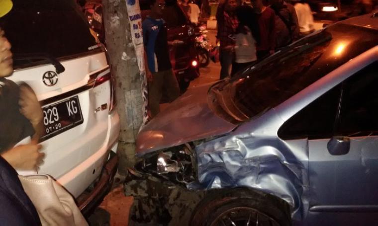 Kondisi Mobil Jazz yang menabrak tujuh mobil di Jalan Ahmad Yani, Kota Serang. (Foto:TitikNOL)