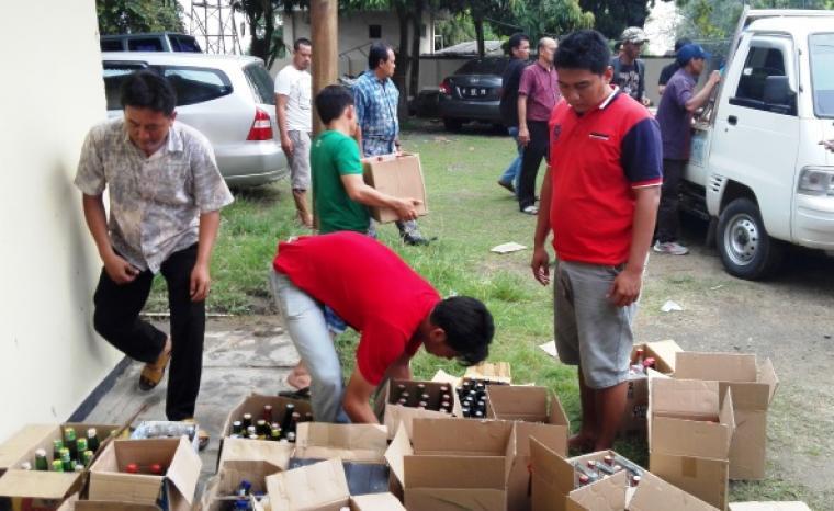 Ribuan botol miras berbagai merek saat diamankan jajaran petugas Polsek Pulomerak. (Foto:TitikNOL)
