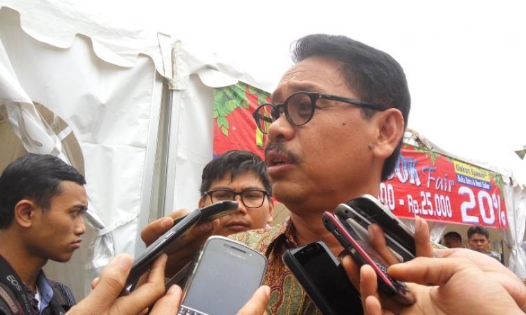 Sekda Provinsi Banten, Ranta Soeharta saat diwawancara oleh wartawan. (Foto:TitikNOL)