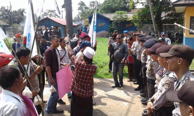 Puluhan warga yang dijaga ketat pihak Kepolisian saat melakukan aksi unjuk rasa di kantor dan gudang Bulog Divre. (Foto:TitikNOL)