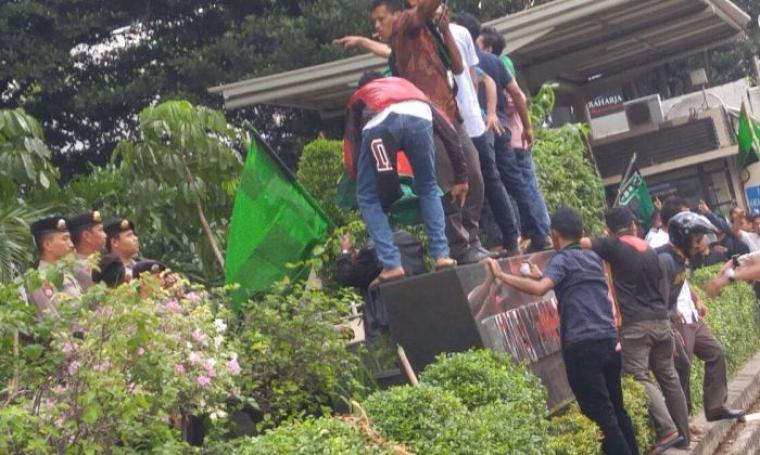 Ratusan massa dari Himpunan Mahasiswa Islam saat melakukan demonstrasi di depan gedung KPK yang dijaga ketat pihak kepolisian. (Foto:TitikNOL)