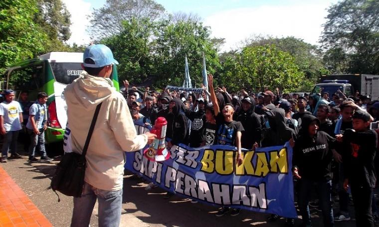 Ratusan suporter Perserang nampak memadati areal Stadion Krakatau Steel, Sumampir, Kota Cilegon yang hendak menyaksikan tim kesayangannya saat akan berlaga melawan Cilegon United. (Foto:TitikNOL)