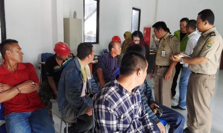 Sejumlah tenaga kerja asing ilegal PT Heng Tai Yuan Indonesia Steel Group saat di interogasi Petugas dari Disnaker Kota Cilegon. (Foto:TitikNOL)