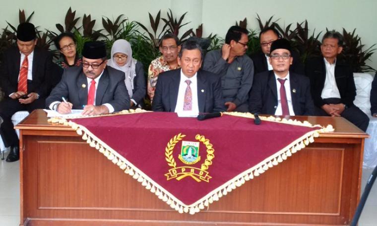 Gubernur Banten Rano Karno dan Anggota V BPK RI Moermahadi saat menggelar konferensi pers, seusai penyerahan LHP BPK, di gedung DPRD Banten. (Foto:TitikNOL)