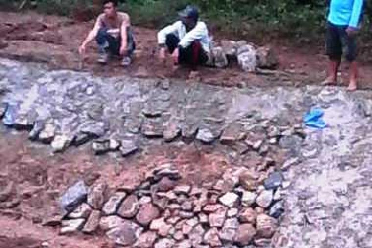 Tiga orang pekerja saat sedang berada di lokasi proyek Saluran Induk Pamarayan Utara. (Dok:Ist)