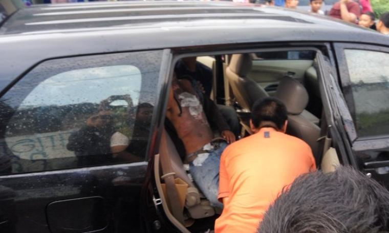 Korban tersengat listrik saat akan dilarikan ke klinik terdekat. (Foto:TitikNOL)
