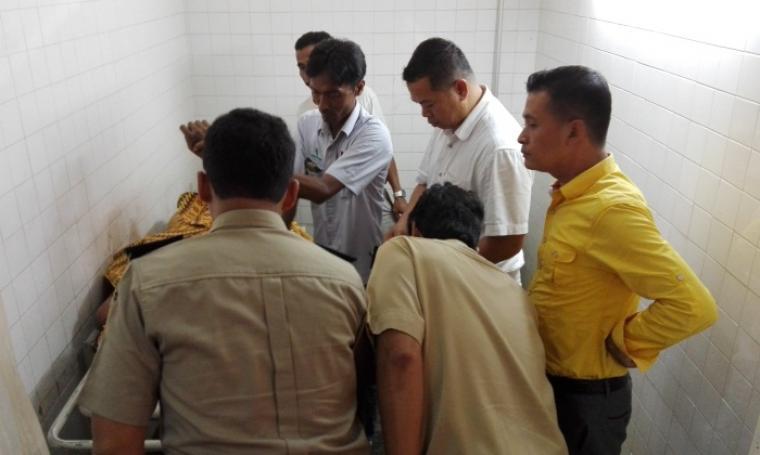 Penyidik Disnaker Kota Cilegon Saat Memeriksa Jenazah. (Foto:TitikNOL)