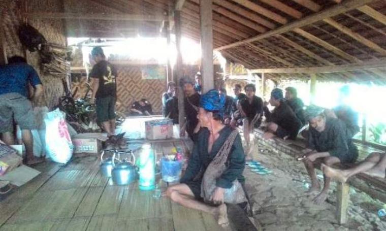 Warga Baduy saat mempersiapkan hasil bumi untuk diserahkan kepada Bupati Lebak dan Gubernur Banten. (Foto:TitikNOL)