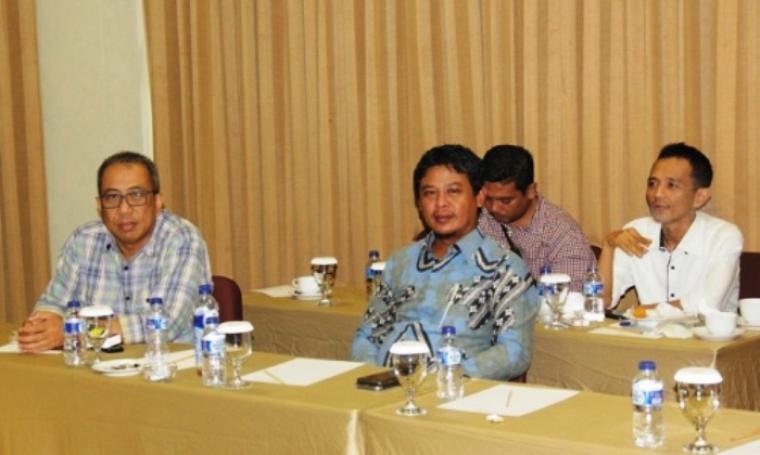 Sekretaris Komisi IV DPRD Provinsi Banten, Thoni Fhatoni Mukson bersama Anggota Komisi IV saat mengikuti rapat. (Foto:TitikNOL)