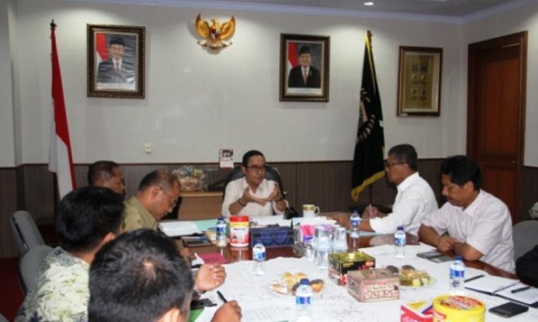 Ketua DPRD Provinsi Banten, Asep Rahmatullah menerima audiensi BNNP Banten di Ruang Rapat Pimpinan DPRD di KP3B, Curug Kota Serang, Selasa (03/05/2016). (Foto:TitikNOL)