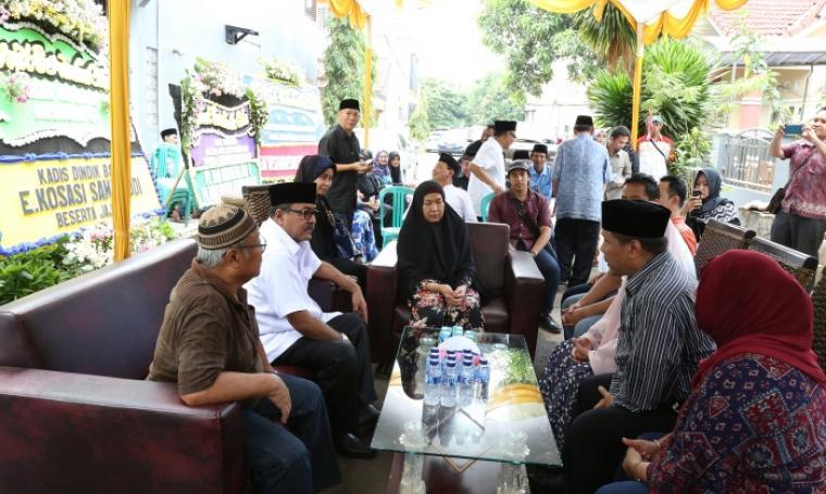 Gubernur Banten, Rano Karno saat takziah ke kediaman almarhum Kadisnakertrans Provinsi Banten, Mashuri. (Foto:TitikNOL)
