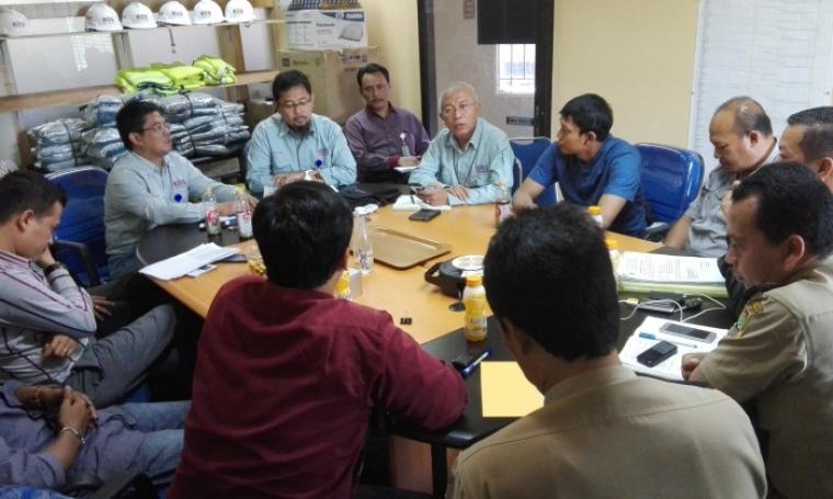 Petugas Disnaker Kota Cilegon bersama elemen masyarakat saat melakukan audiensi dengan managemen PT Krakatau Osaka Steel. (Foto:TitikNOL)