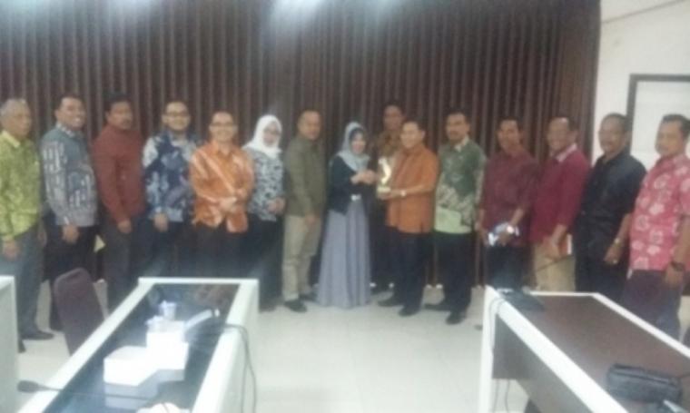 Ketua Komisi I DPRD Provinsi Banten, Zaid Elhabib menerima cinderamata dari Sekretaris DPRD Provinsi Jabar, Ida Hernida di Sekretariat DPRD Provinsi Jabar, Jumat (13/5/2016). (Foto:TitikNOL)