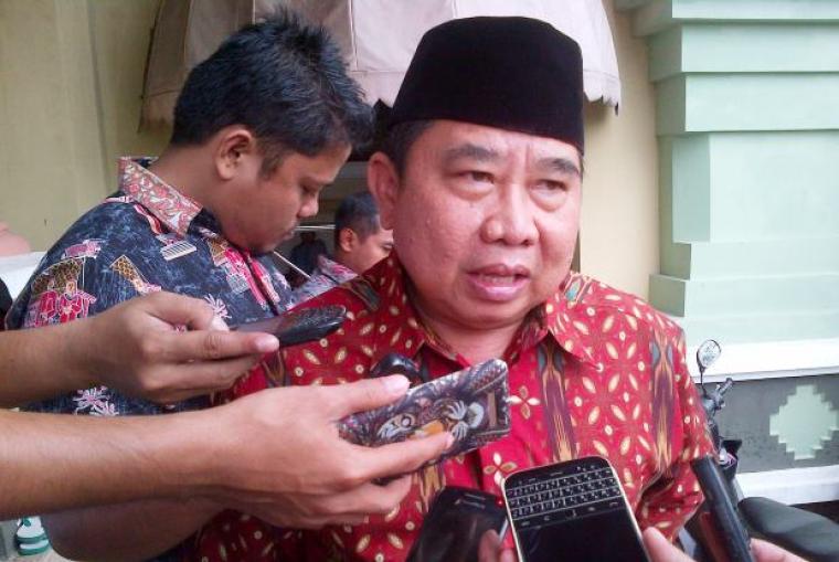 Kadinsos Banten Ino S Rawita, memberikan keterangan mengenai bantuan untuk para korban bencana banjir rob di Lebak Selatan. (Foto:TitikNOL)