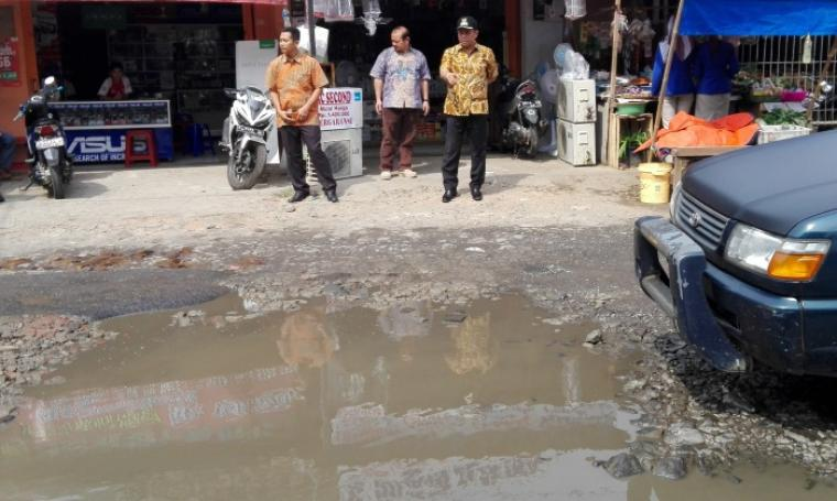 Wali Kota Cilegon, Tb Iman Ariyadi saat meninjau jalan Pagebangan yang mengalami kerusakan parah. (Foto: TitikNOL)