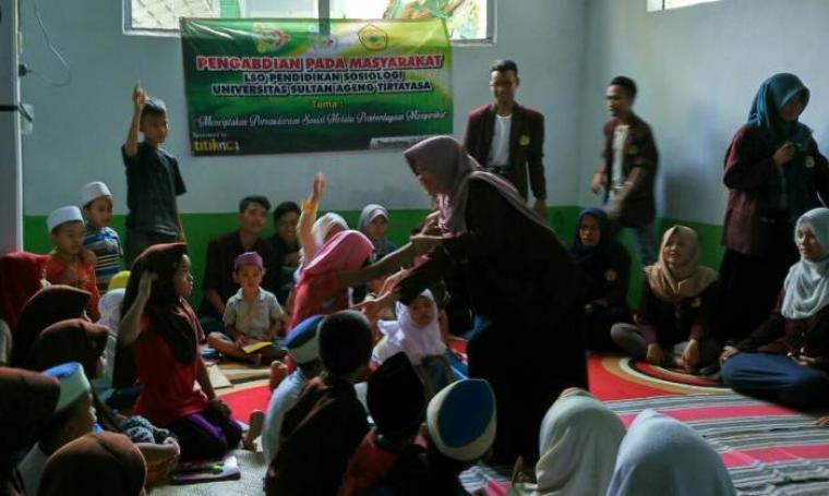 Sejumlah mahasiswa Untirta Jurusan Sosiologi saat mengenalkan nilai-nilai kebangsaan kepada puluhan anak. (Foto: TitikNOL)