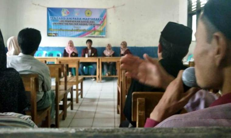 Sejumlah mahasiswa Untirta jurusan Pendidikan Sosiologi, saat melakukan kegiatan belajar mengajar di Desa Batu Ranjang, Kecamatan Cipeucang, Kabupaten Pandeglang. (Foto: TitikNOL)