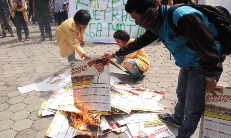 Aksi sejumlah mahasiswa saat membakar atribut kalender bergambar Andika Hazrumy. (Foto:TitikNOL)