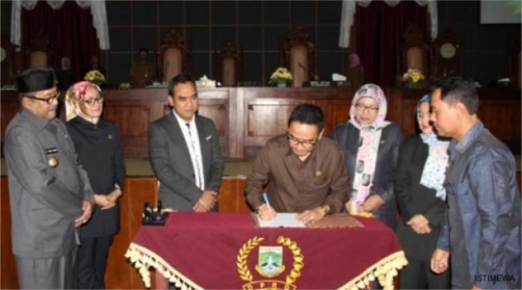 Ketua DPRD Provinsi Banten Asep Rahmatullah, saat menandatangani perda RTRW di ruang sidang paripurna DPRD Banten. (Foto: Ist)