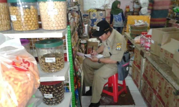 Seorang petugas dari BPOM Kota Serang saat mengecek kondisi makanan disalah satu toko ritel. (Foto: TitikNOL)