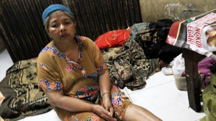 Saeni, saat terduduk di warungnya di Pasar Rau, Kota Serang. (Foto:TitikNOL)