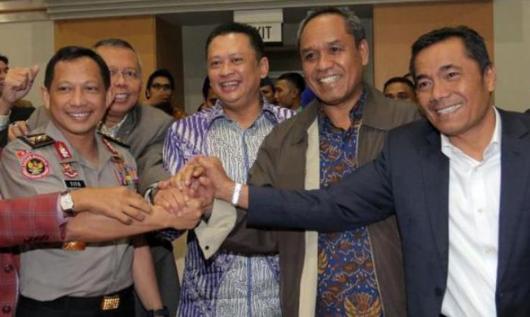 Calon Kapolri, Komjen Pol Tito Karnavian saat berfoto bersama Komisi III DPR RI. (Dok: Liputan6)