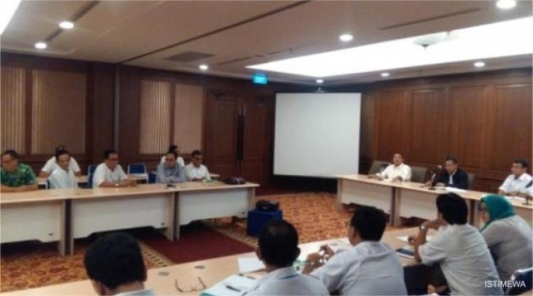 Sejumlah anggota Komisi IV DPRD Banten saat menggelar pertemuan di kantor Perumnas di Jakarta. (Foto: Ist)