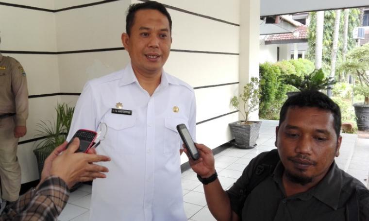Wali Kota Cilegon Tb Iman Ariyadi ,saat memberika keterangan kepada wartawan. (Foto: TitikNOL)