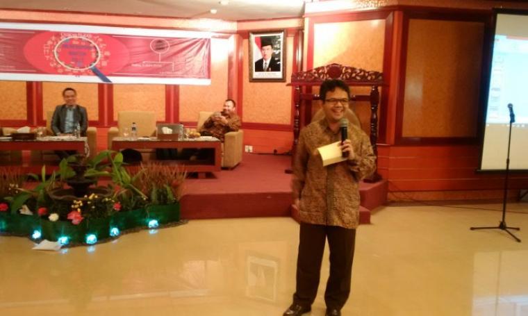 """Guru Besar Ilmu Komunikasi UI Prof Ibnu Hamad, saat menjadi pembicara dalam diskusi """"Meneropong Banten 2017"""" di Le Dian Hotel, Rabu (1/6/2016). (Foto: TitikNOL)"""