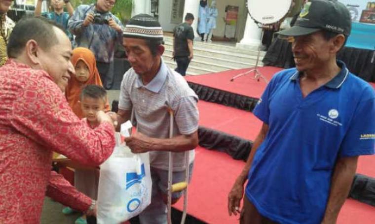 Salah seorang warga kurang mampu saat menerima santunan dari PT BGD.(Foto: TitikNOL)