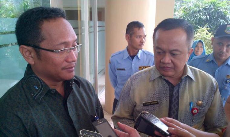 Sekwan Banten, Deni Hermawan (kanan), memberikan penjelasan mengenai rasionalisasi TKS di Setwan. (Foto: TitikNOL)