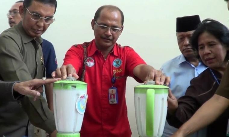 Petugas Badan Narkotika Nasional Provinsi Banten saat memusnahkan sabu seberat dua kilogram lebih asal Malaysia, di kantor BNNP Banten dengan cara di hancurkan menggunakan blender. (Foto: TitikNOL)