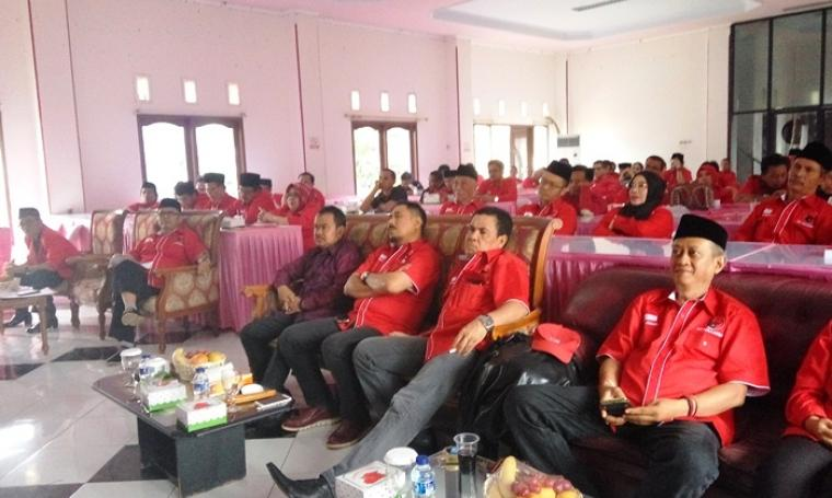 Kader Partai Golkar, Tb Haerul Jaman saat menghadiri kegiatan Pelantikan Badiklatda Provinsi Banten dan Penyelenggaraan Guru Kader Partai PDI-P Banten di DPD PDI-P Banten. (Foto: TitikNOL)