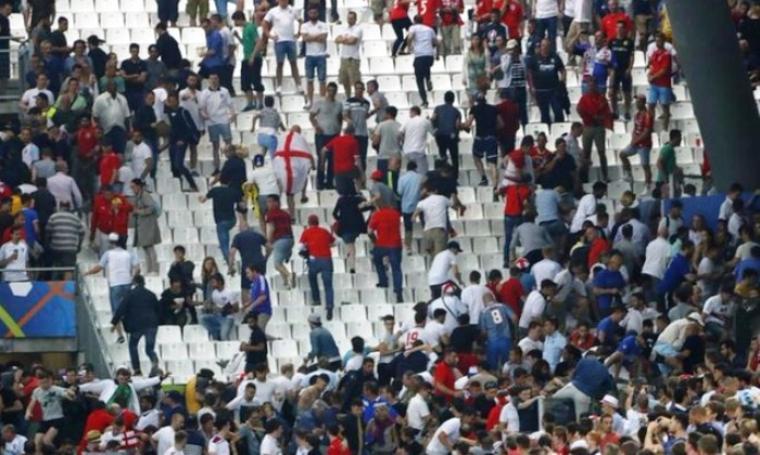 Suporter Inggris dan suporter Rusia saat bentrok di tribun stadion. (Dok: Itv)