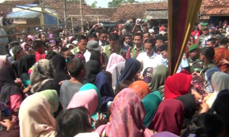 Puluhan warga Kampung Kebanyakan Etan, Serang Banten saat menerima sembako dari Presiden Jokowi. (Foto: TitikNOL)