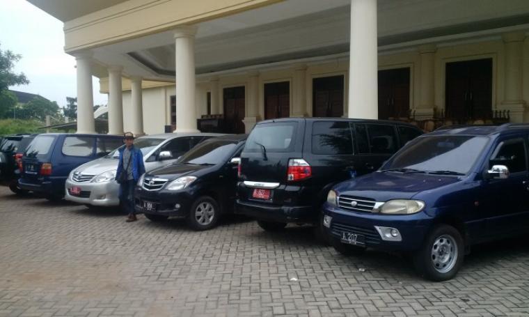 """Deretan mobil dinas Pemprov Banten hasil """"tarikan"""" terparkir di halaman Gedung Setda Banten, beberapa waktu lalu. (Foto: TitikNOL)"""