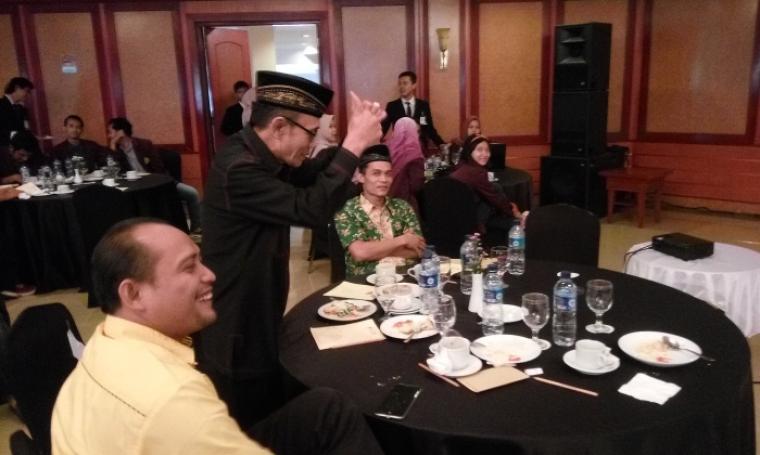 Ketua DPD PDI-P Banten, Sukira saat menunjukan sikap protes terhadap Lembaga Survei Indo Barometer. (Foto: TitikNOL)