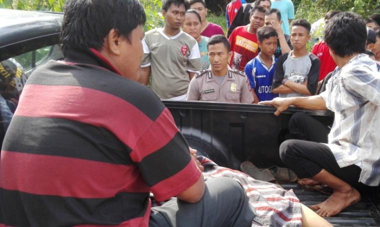 Jenazah korban tersambar petir, Suryana saat dievakuasi ke mobil polisi. (Foto: TitikNOL)
