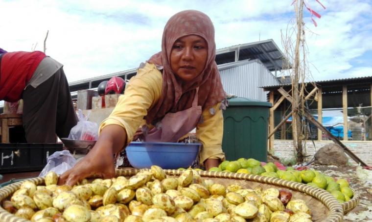 Maya sari, salah satu pedagang jengkol yang berada di Pasar Baru Kranggot, Kota Cilegon. (Foto: TitikNOL)
