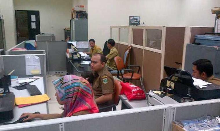 Suasana salah satu ruangan Biro Humas dan Protokol Setda Banten hari pertama masuk kerja di bulan Ramadan. (Foto: TitikNOL)