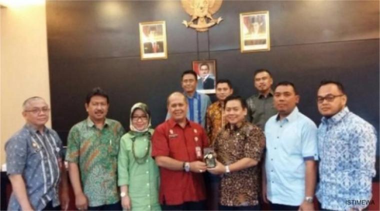 Anggota Komisi I DPRD Banten saat berfoto dengan pejabat dari BPN Jawa Barat. (Foto: Ist)