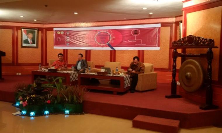 Peneliti Indo Barometer saat memaparkan hasil survei kandidat calon gubernur banten, di Le Dian Hotel. (Foto:TitikNOL)