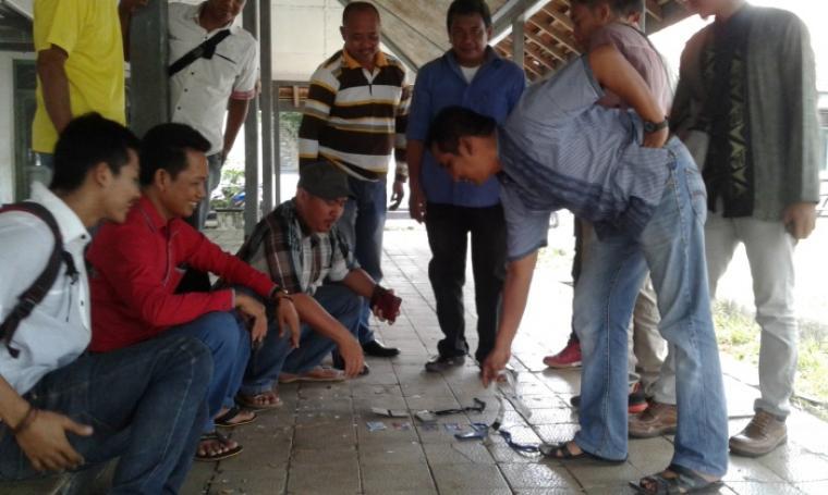 Sejumlah wartawan Lebak saat melakukan aksi meletakan ID Card Pers. (Foto: TitikNOL)