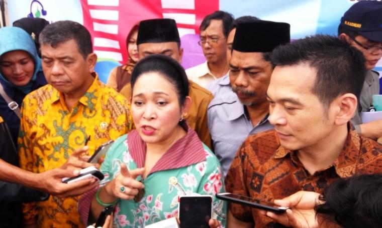Wakil Ketua Komisi IV DPR RI, Titiek Soeharto saat menerangkan kepada wartawan jika harga daging sapi sulit untuk ditekan karena tingginya harga sapi dari Bangkalan, Madura. (Foto: TitikNOL)